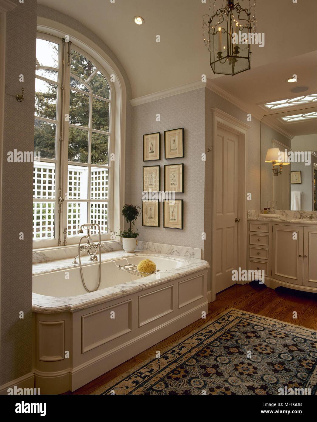 Traditionelle, in neutralen Badezimmer Badewanne aus Marmor surround ...
