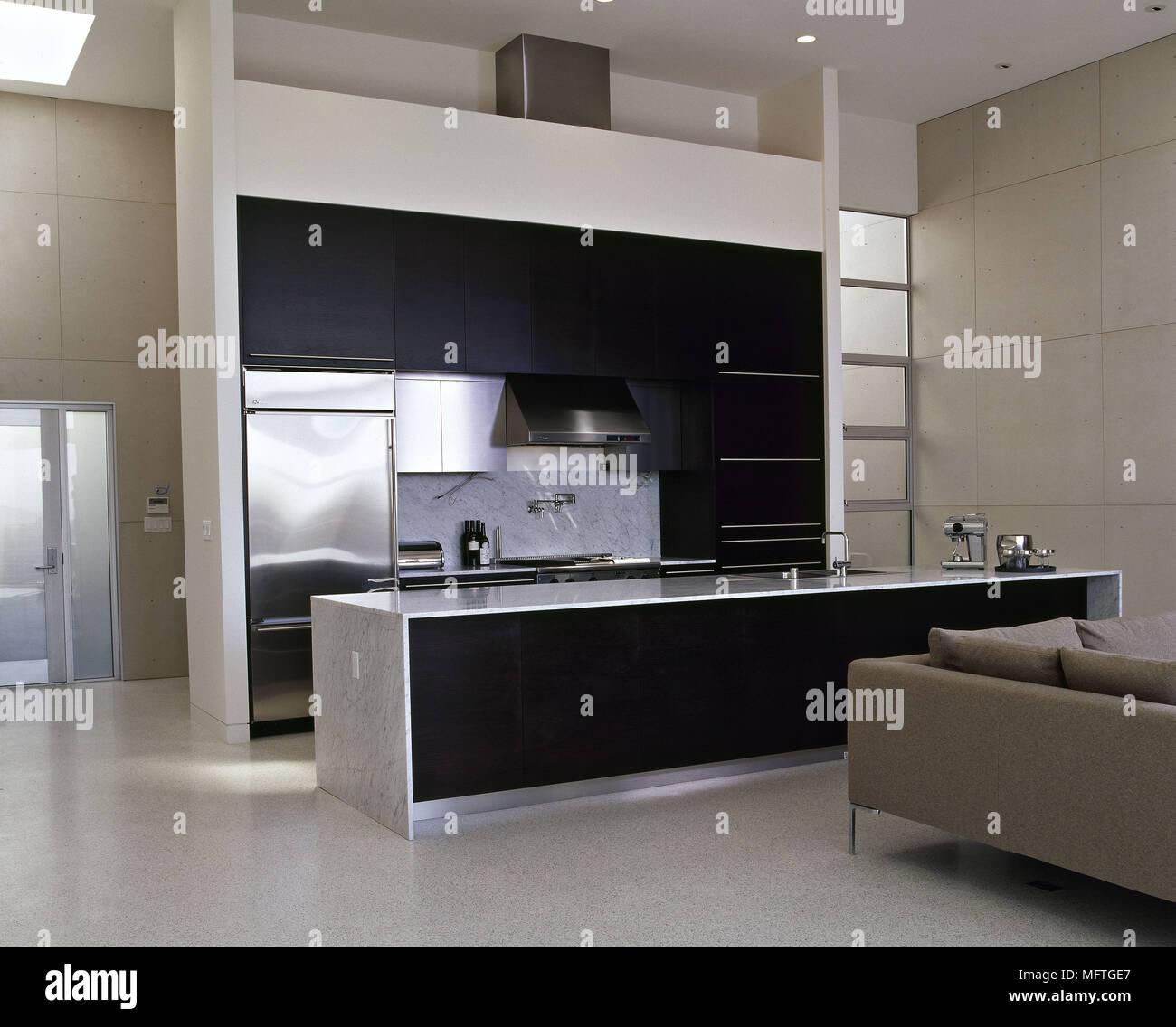 Ultra moderne offene monochromer Küche mit Sitzecke ...