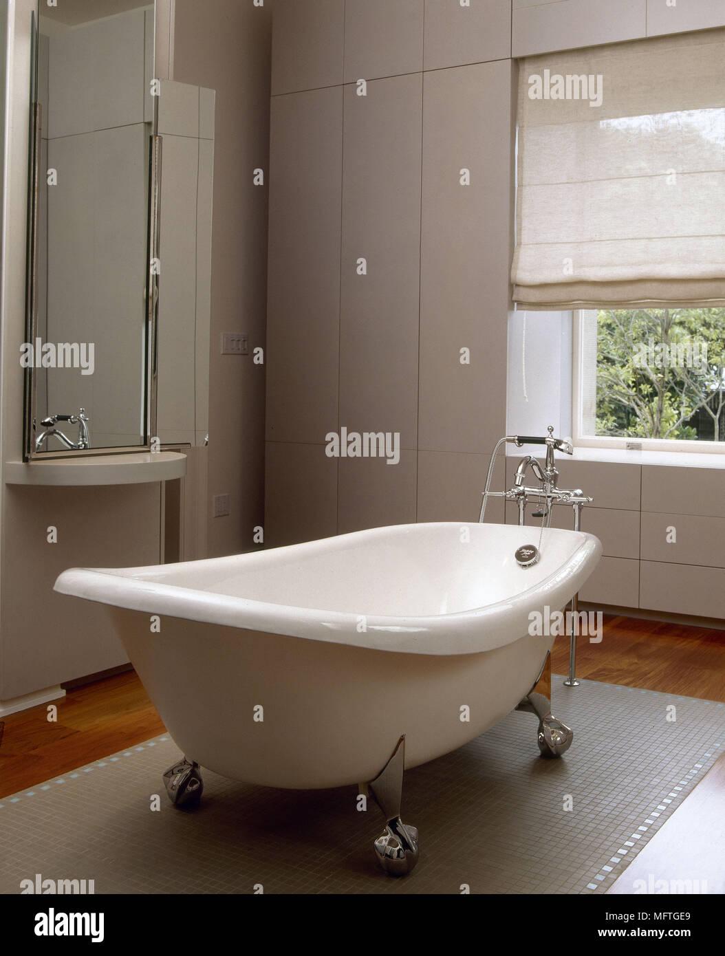 Weißes Badezimmer mit freistehender Badewanne und in Schränken USA ...