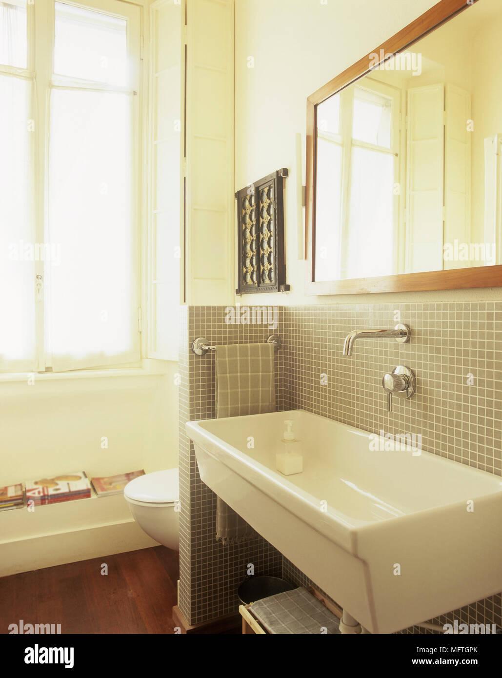 Super Waschbecken auf Fliesen- wand mit Spiegel über Wc hinter Partition DI47