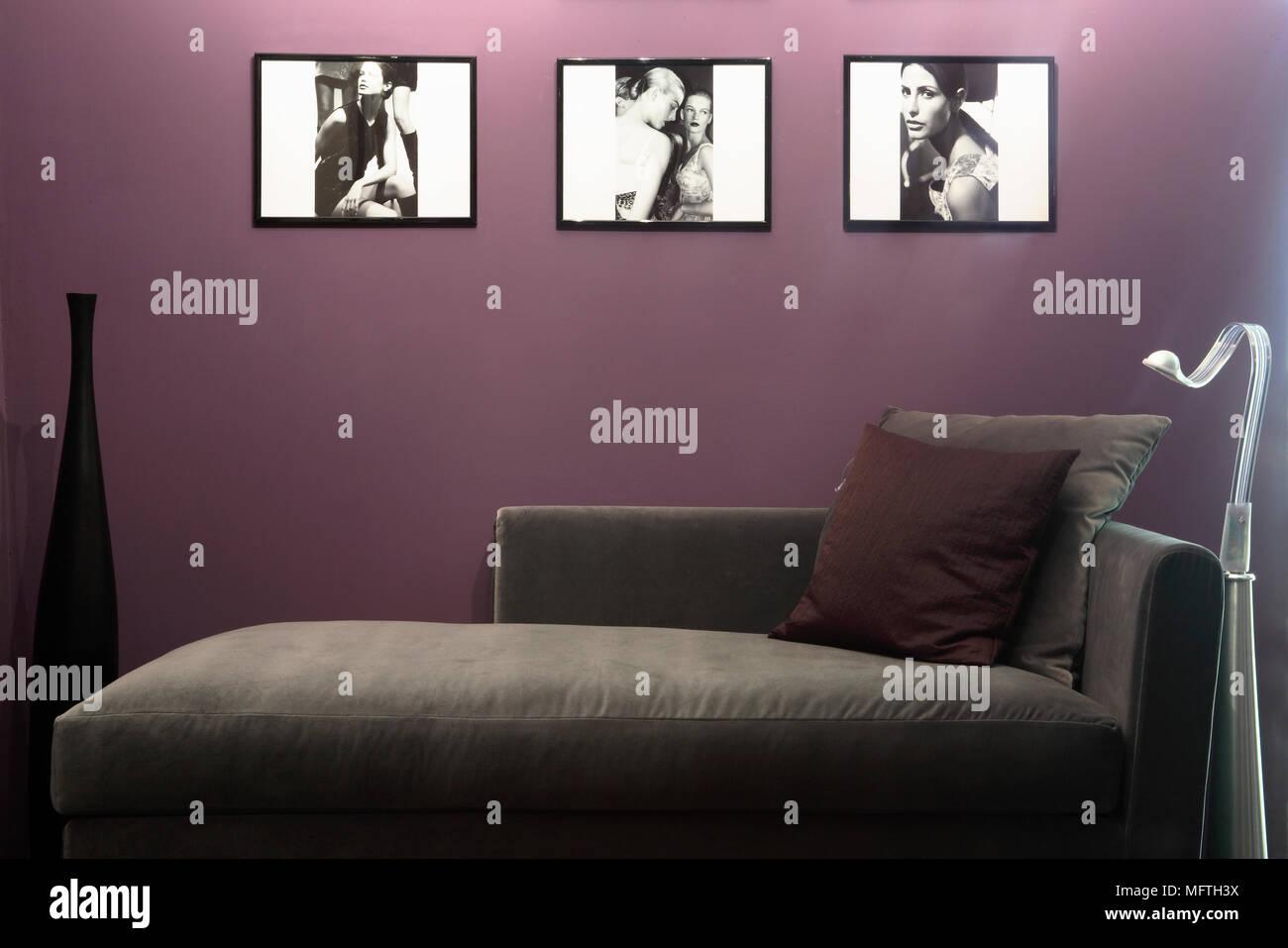 Ein Detail einer modernen Pflaume farbige Wohnzimmer, drei Gerahmte ...