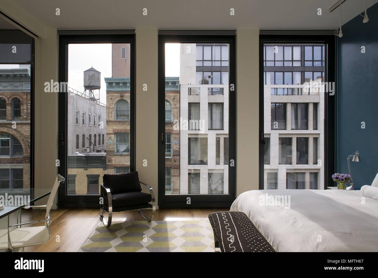 Stuhl Vor Deckenhohen Fenstern Im Modernen Schlafzimmer