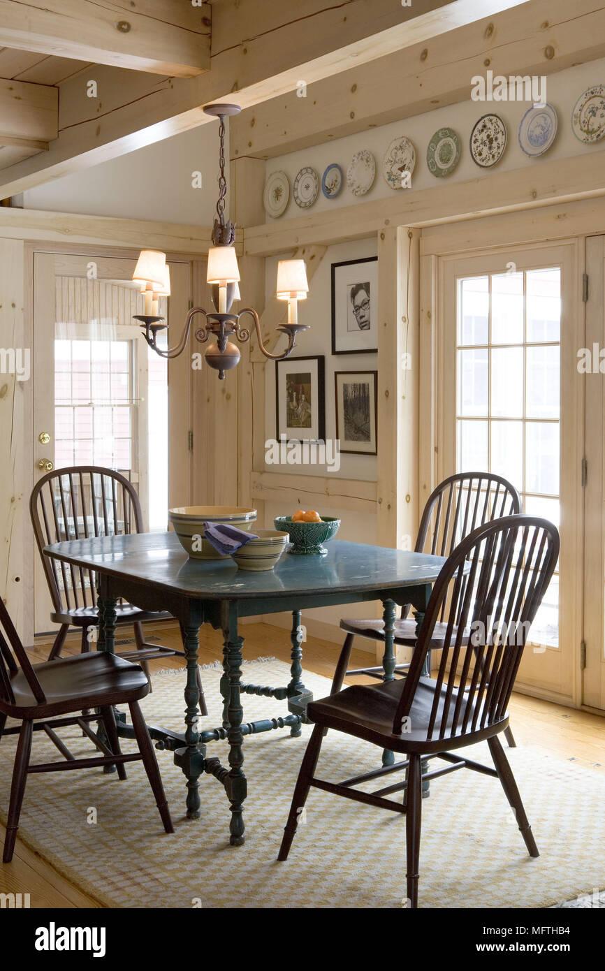 Altmodische Windsor Stuhle An Den Holzernen Tisch Im Landhausstil