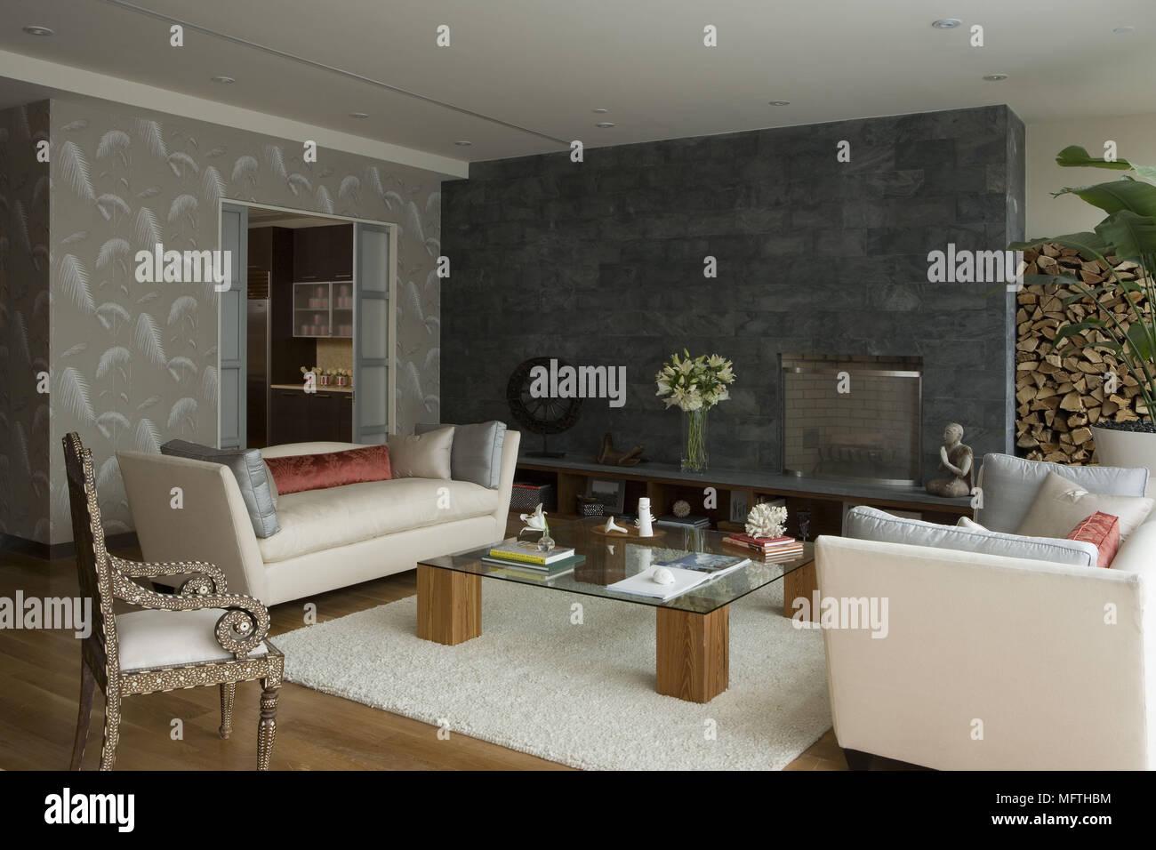 Paar Sofas Nach Einander über Glas überstieg Tabelle In Moderne Wohnzimmer