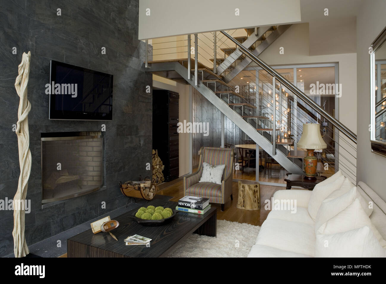 Sofa An Der Wand Montierte Fernseher Oben Kamin In Moderne Wohnzimmer