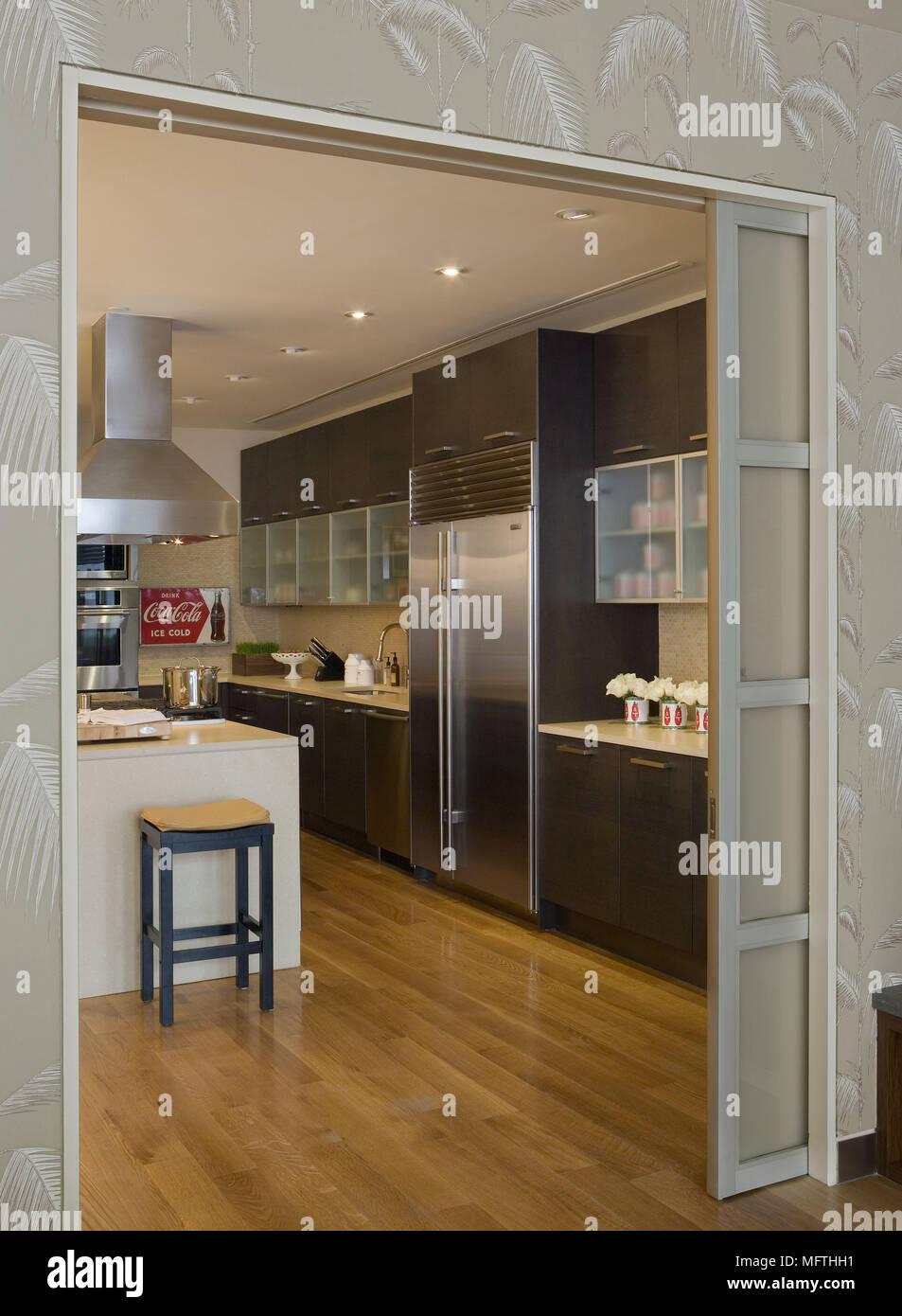 Blick durch die geöffnete Schiebetür in moderne Küche ...