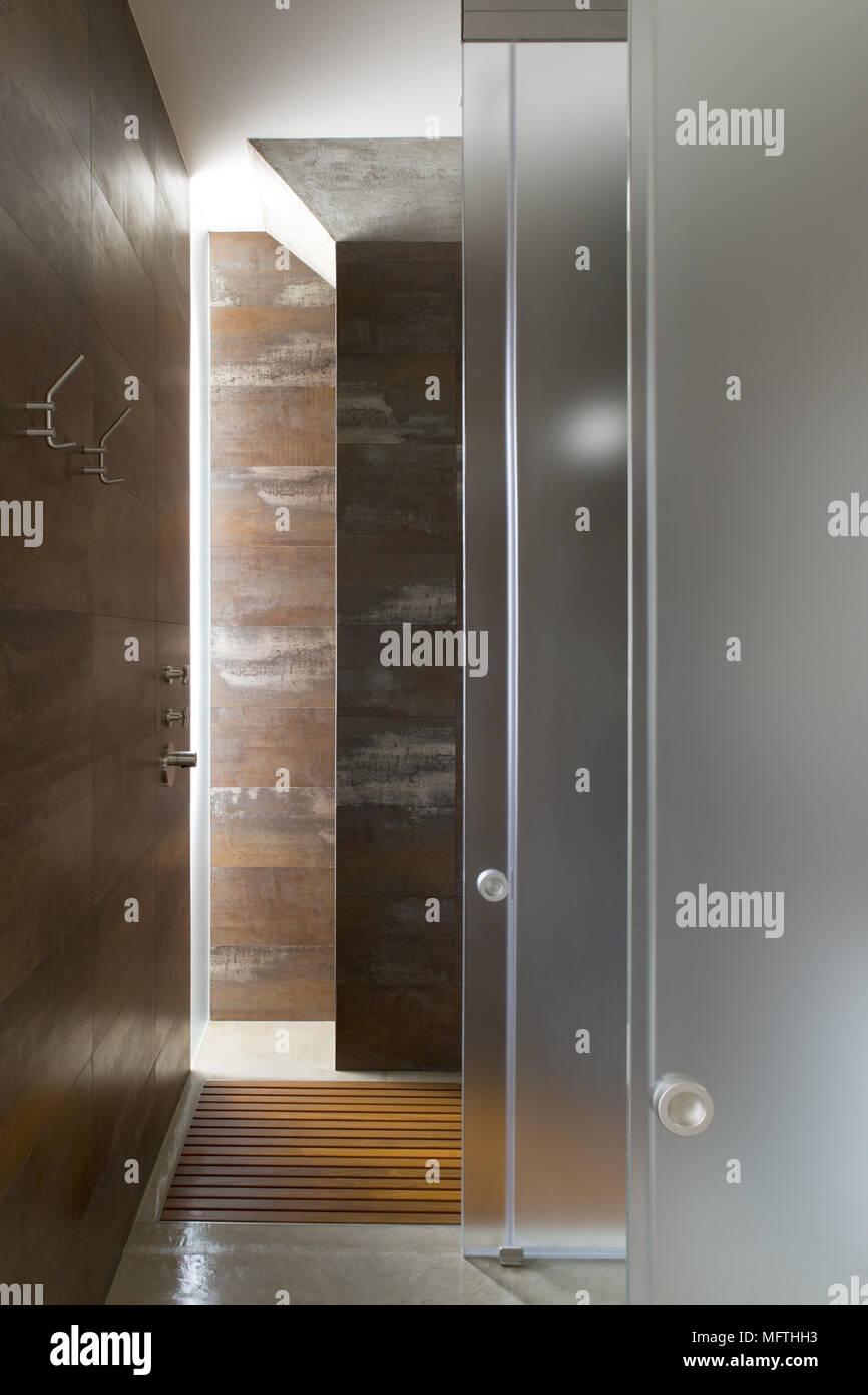 Begehbare Dusche mit Glastüren im modernen Badezimmer Stockfoto ...