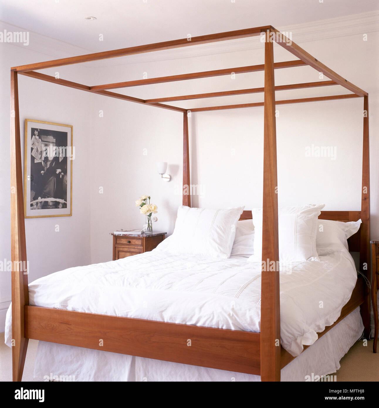 Traditionelle, Weiß Schlafzimmer mit einem Holz-, Himmelbett ...