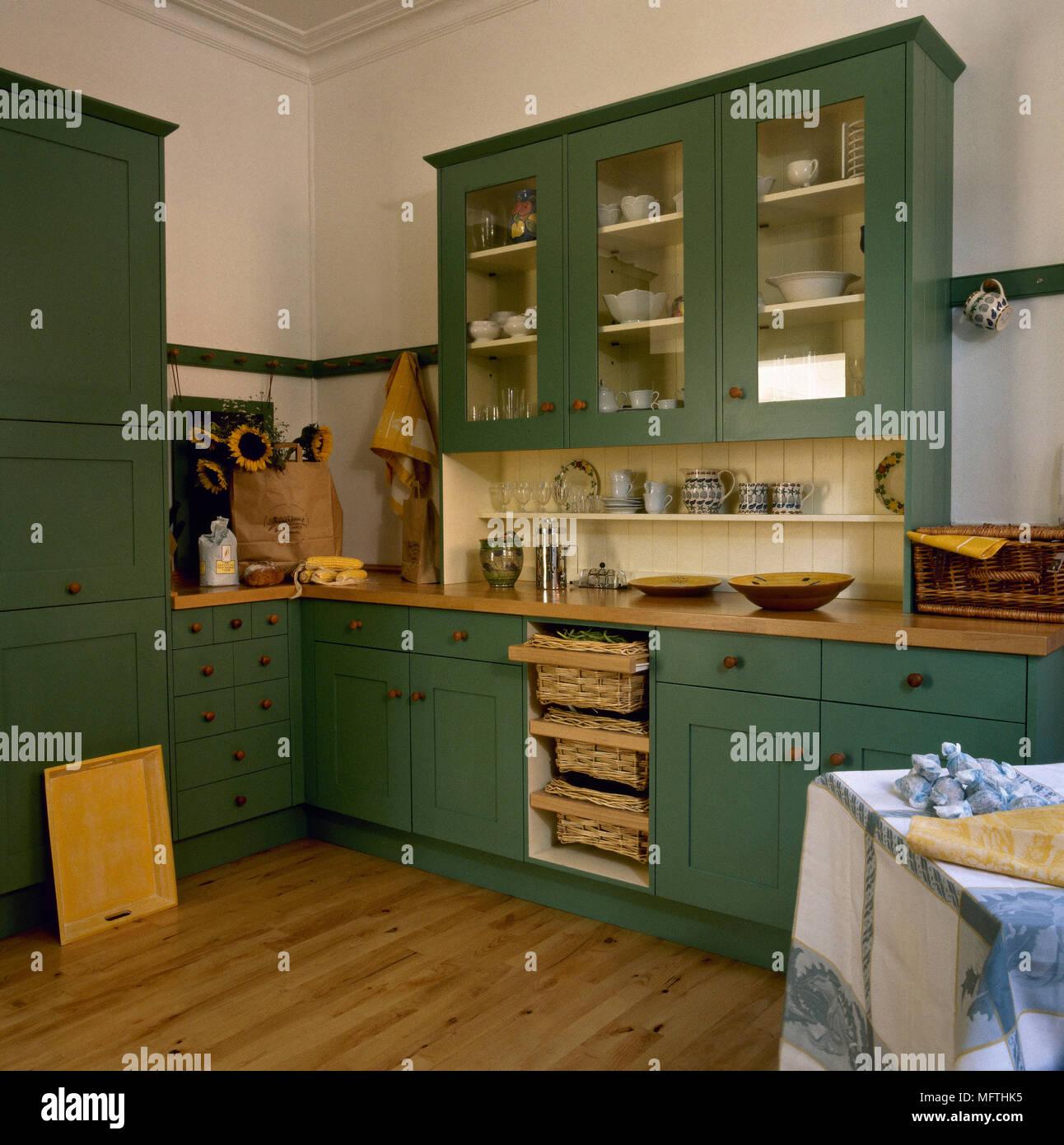 Moderne Küche im Landhausstil mit grün lackiert Schränke, Holz ...