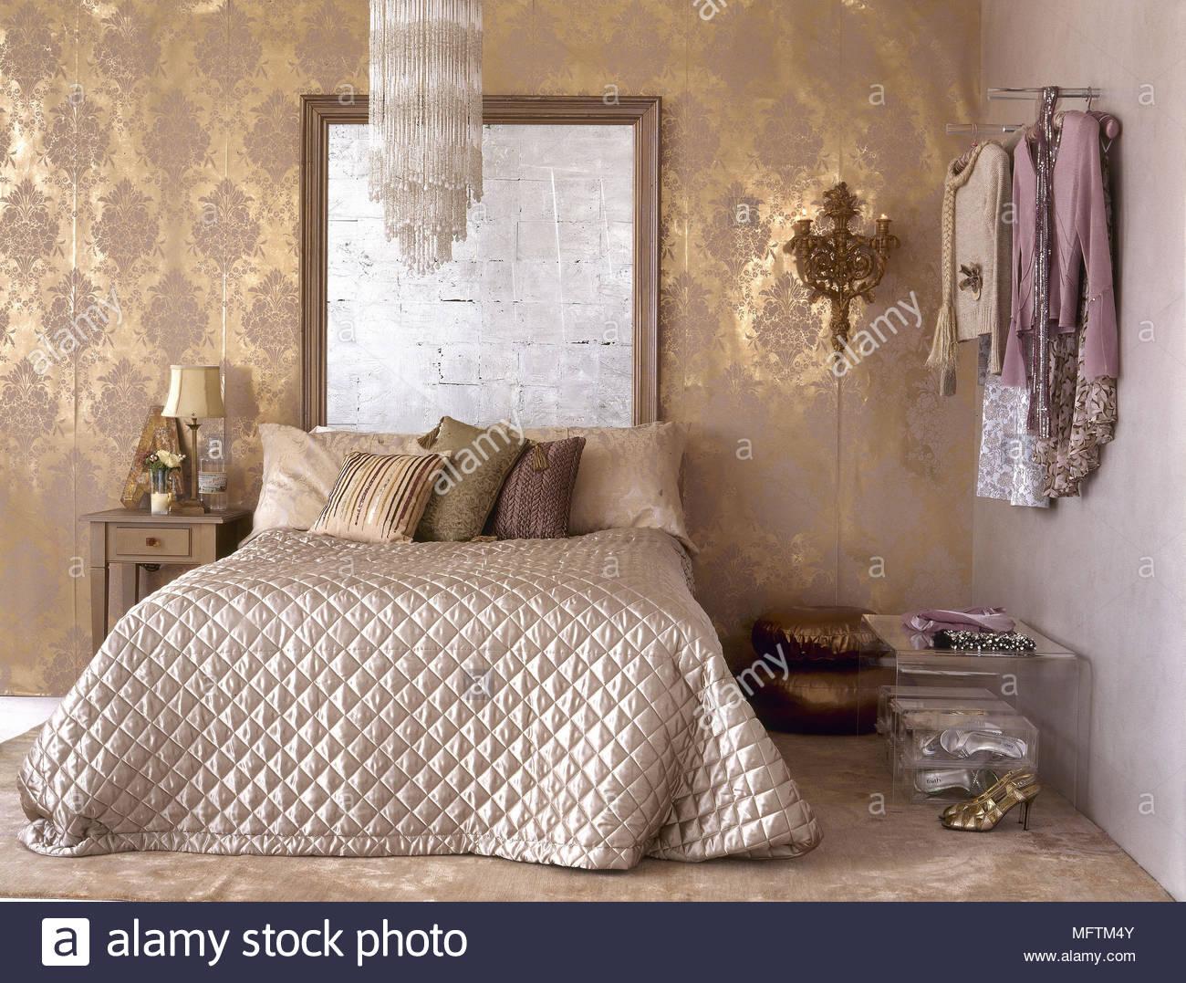 Ein traditionelles gold Schlafzimmer mit Muster Tapete Bett ...