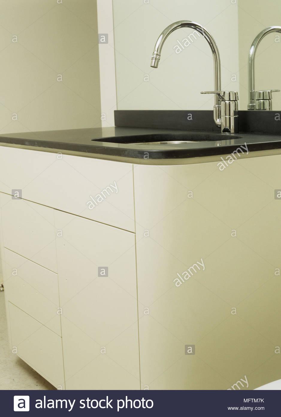 badezimmer waschtisch mit schwarzem laminat top und chrom