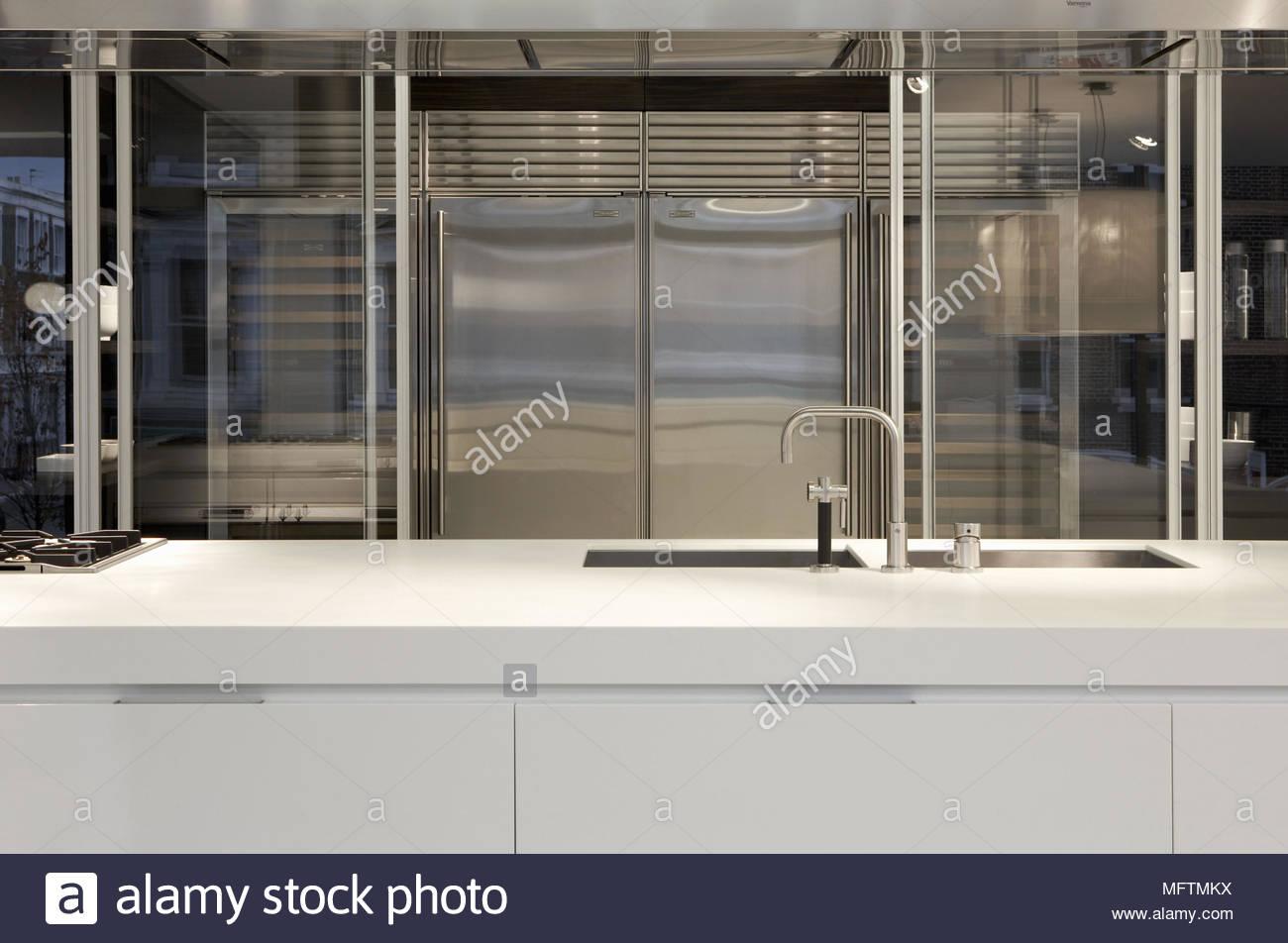 Moderne, Weiße Küche Mit Edelstahl Einheit