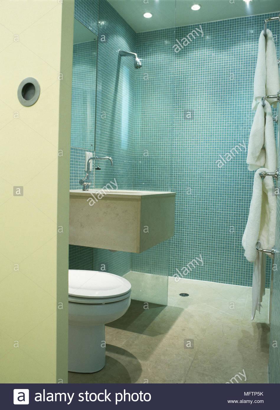 Modernes Badezimmer Detail Blaue Fliesen Mosaik Quadrat Waschbecken Dusche  Wc