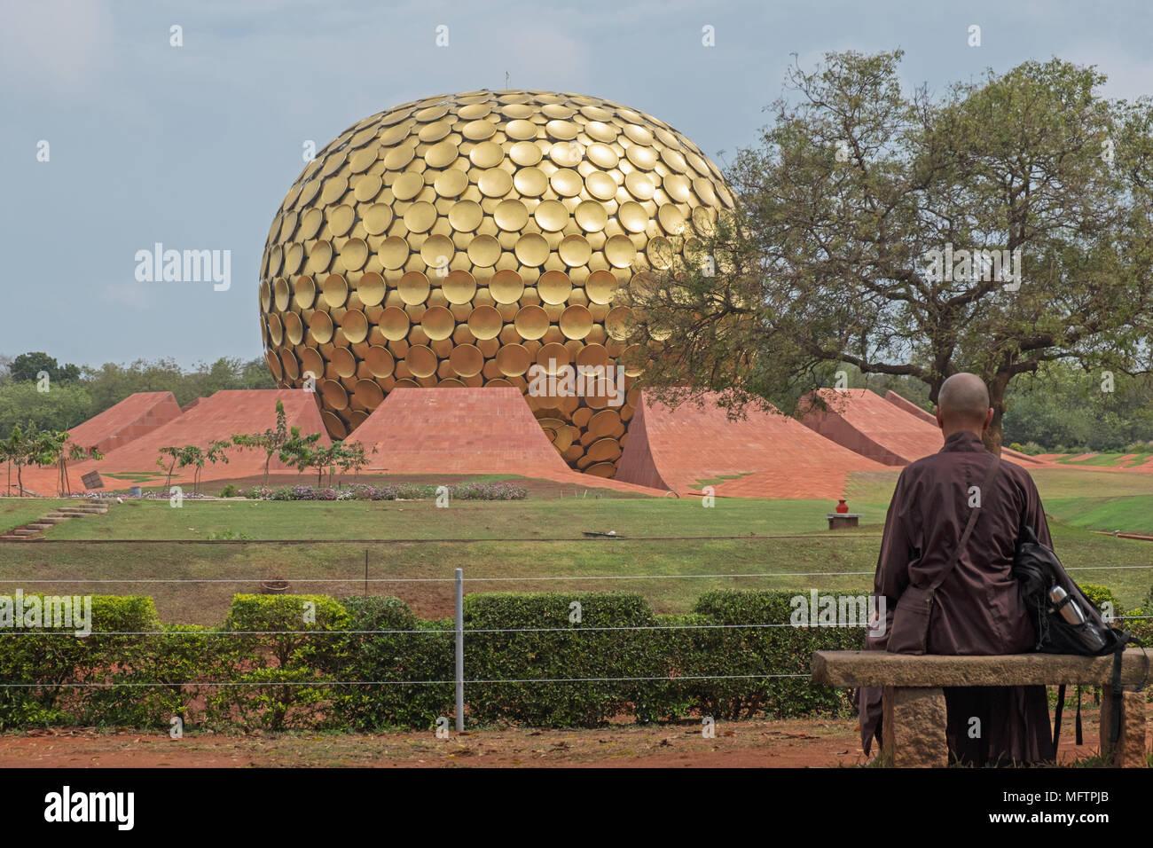 Auroville, Indien - März 16, 2018: Ein unbekannter Mann blickt auf das Matrimandir Tempel in der internationale spirituelle Gemeinschaft Stockbild