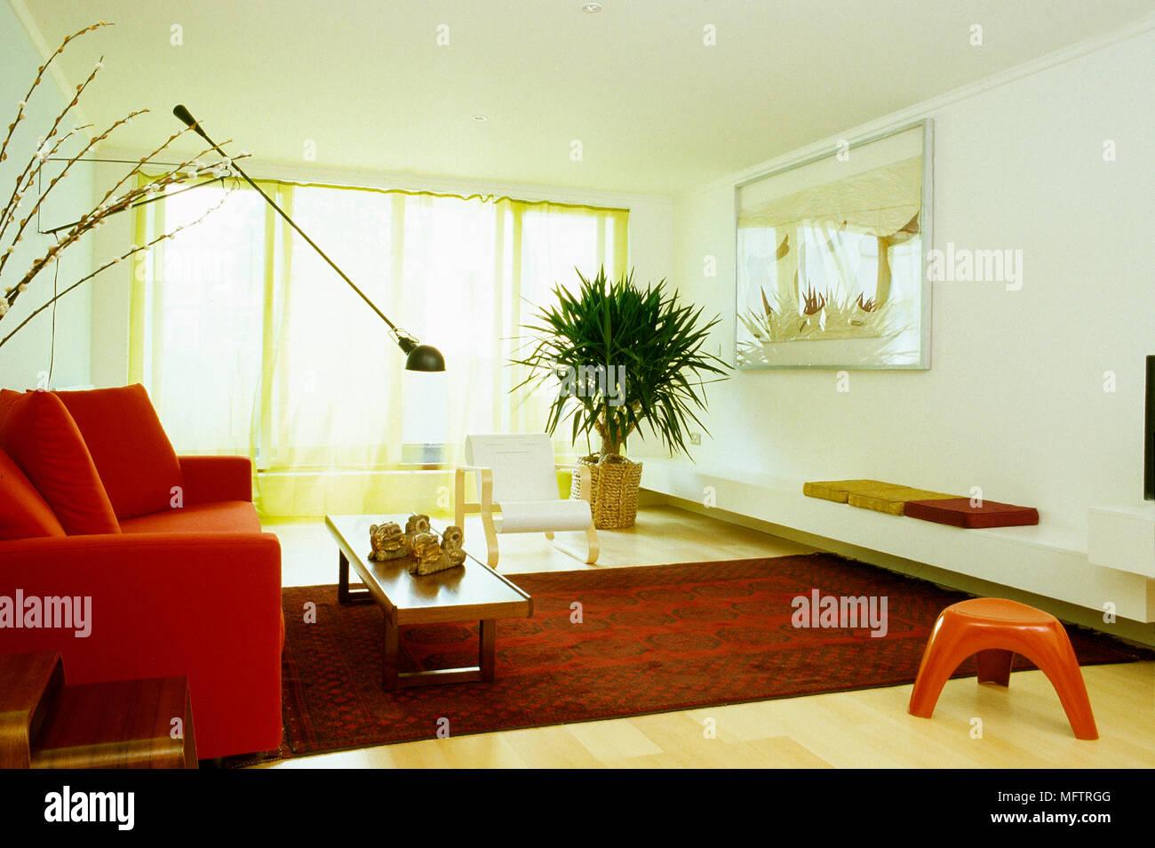 Wohnzimmer Mit Rotem Teppich Und Sofa Und Anglepoise Lampe Uber Couchtisch Stockfotografie Alamy