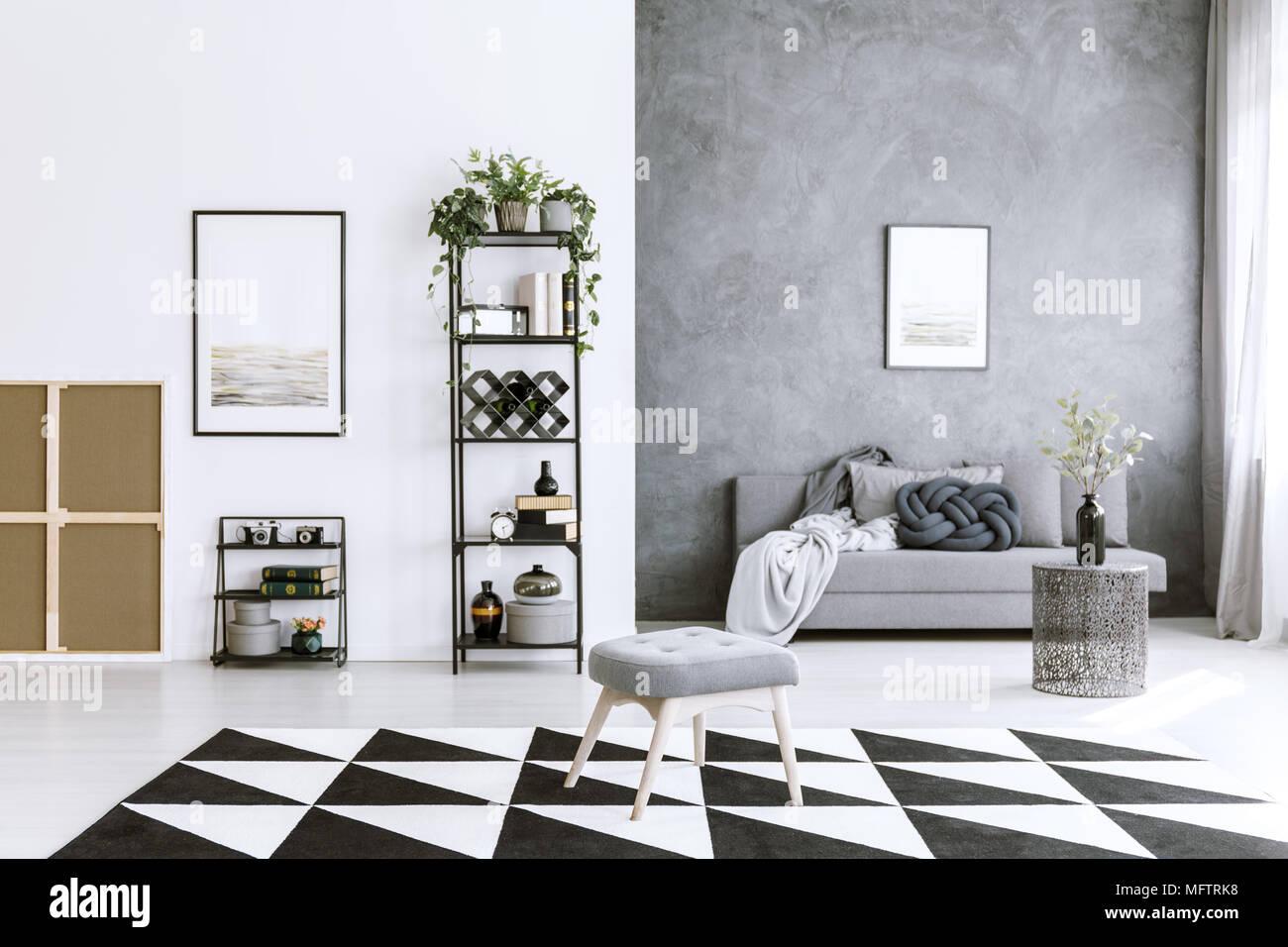 Geometrische Teppich Im Wohnzimmer Interieur Mit Metall Regal, Sofa, Stuhl, Graue  Wand Und Gemälde