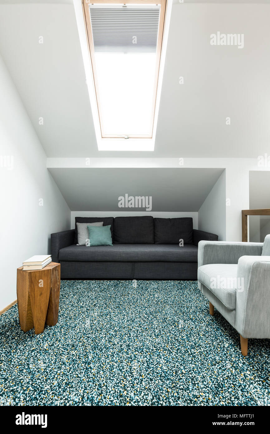 Schwarze und graue Sofa in ein Dachgeschoss Wohnzimmer Einrichtung ...