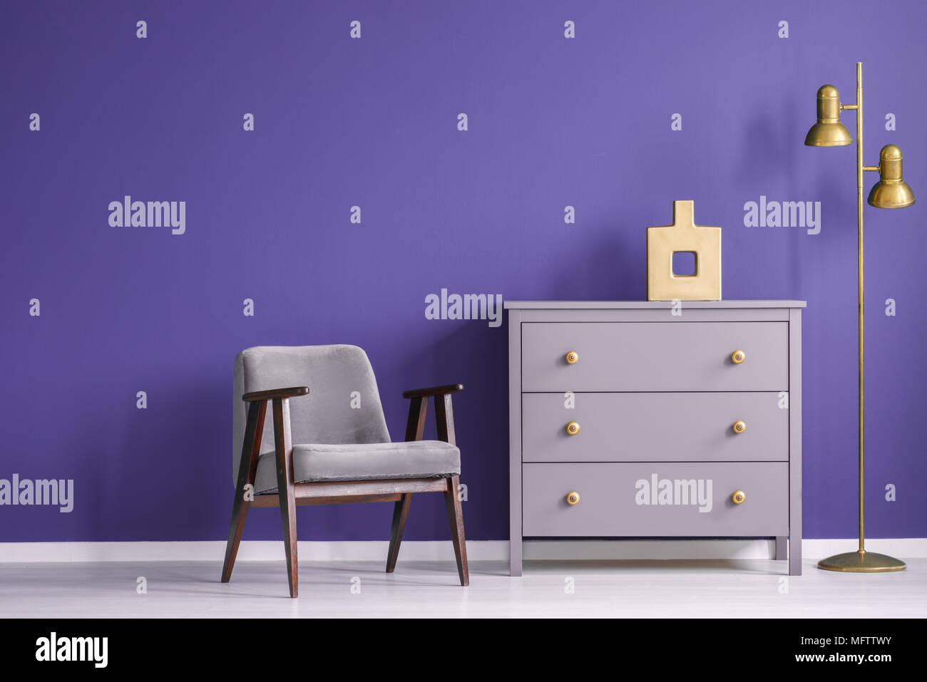 Ultra Violet Wohnzimmer Interieur Mit Retro Sessel Und Kommode Neben
