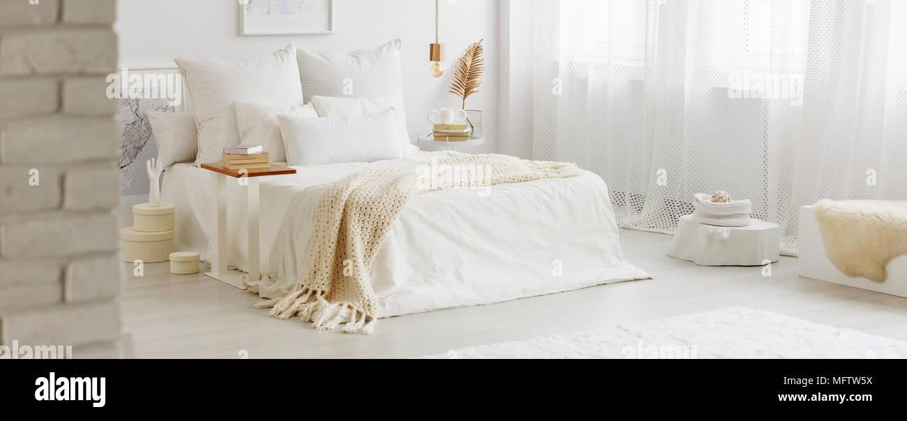 Weiß Schlafzimmer Innenraum Mit Windows, Gold Zubehör Und Weiße Bettwäsche  Auf King Size Bett