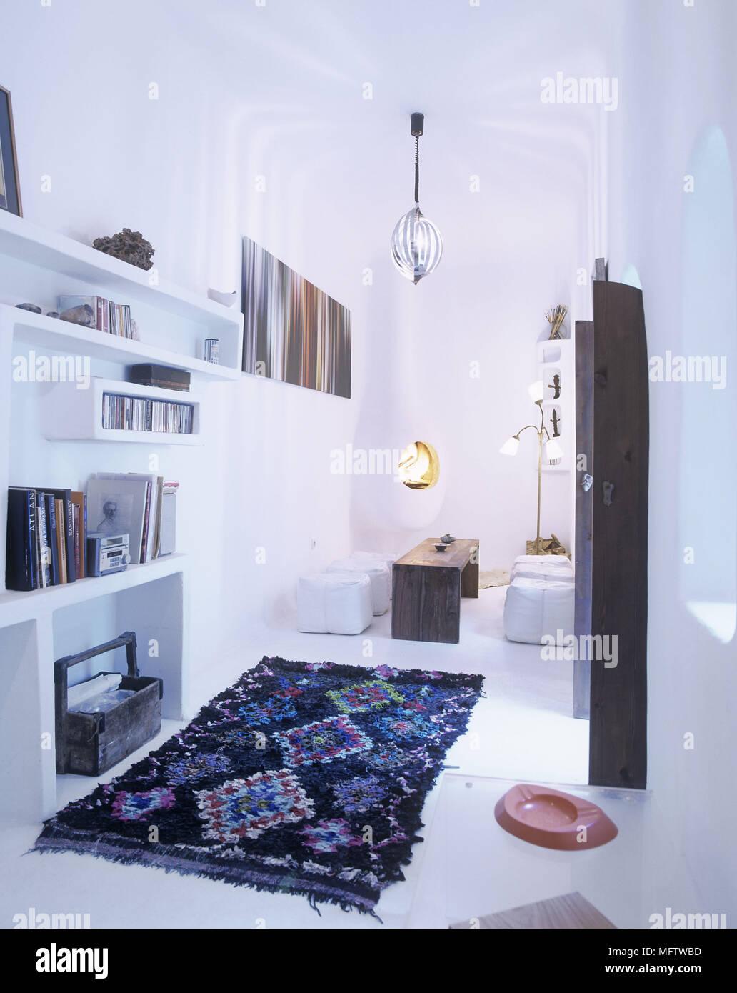 Ein Modernes Weißes Wohnzimmer Mit Kamin Retro Licht Schatten Lederkissen  Bücherregale Und Marokkanischen Teppich