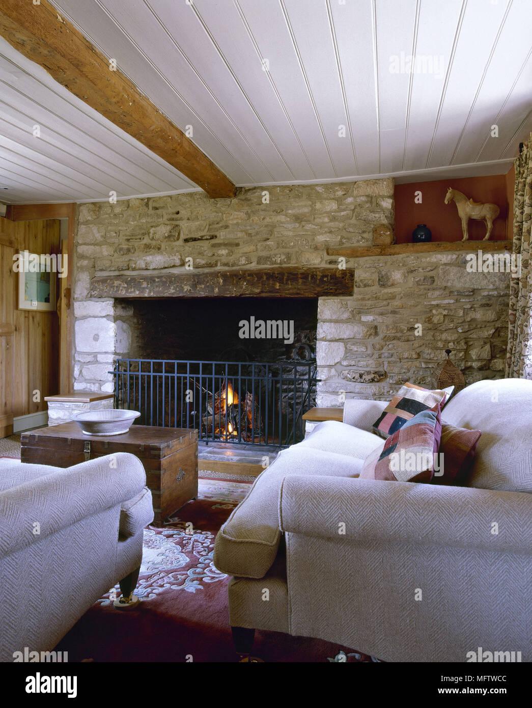 Landhausstil Wohnzimmer Mit Kaminecke Holzdecke Neutral Sofas Lit Fire Stockfotografie Alamy