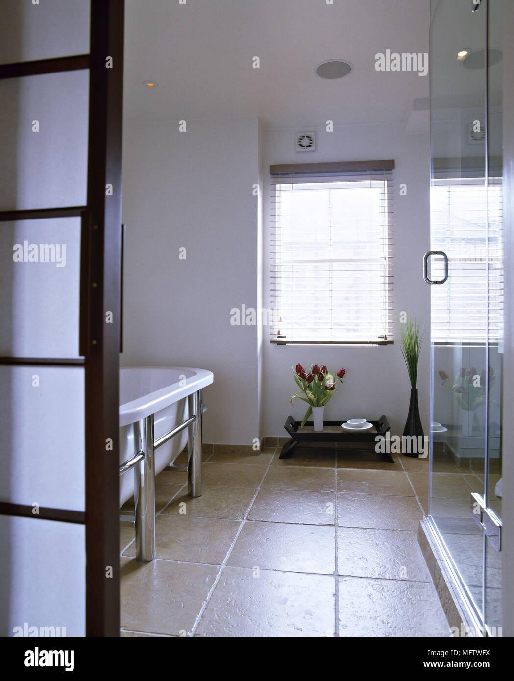 Ein Blick auf ein modernes Badezimmer Steinboden im japanischen Stil ...