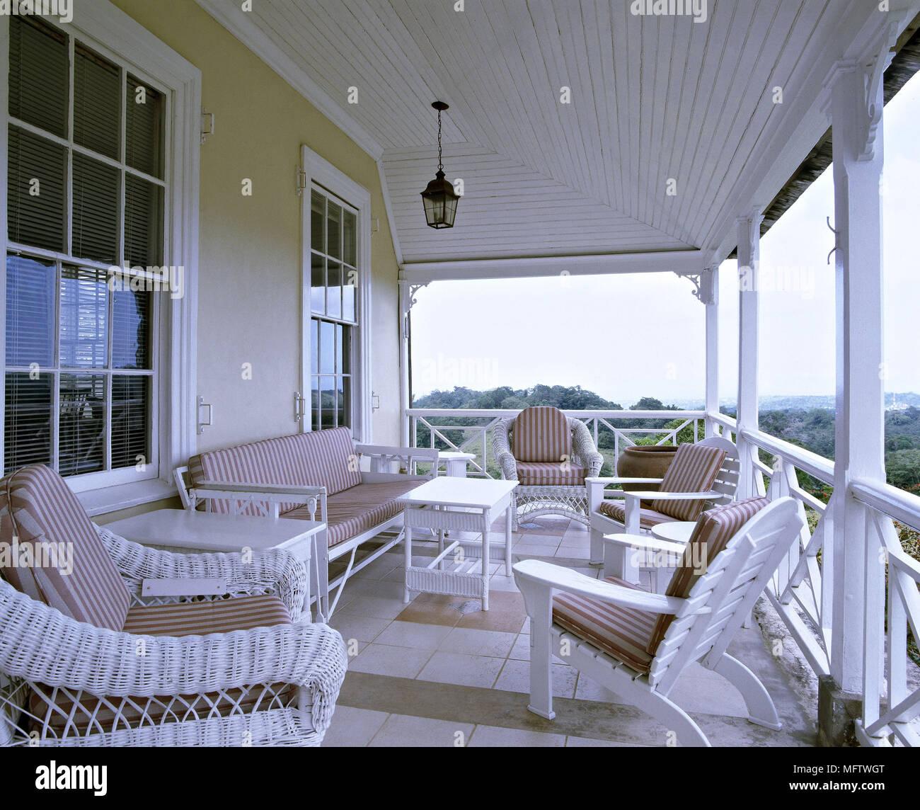 Eine äußere jamaikanischen Wetter board Haus mit Veranda weissen ...