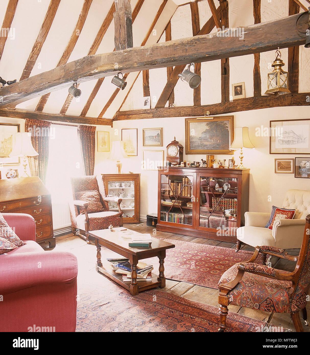 antike mobel im wohnzimmer mit holzbalkendecke