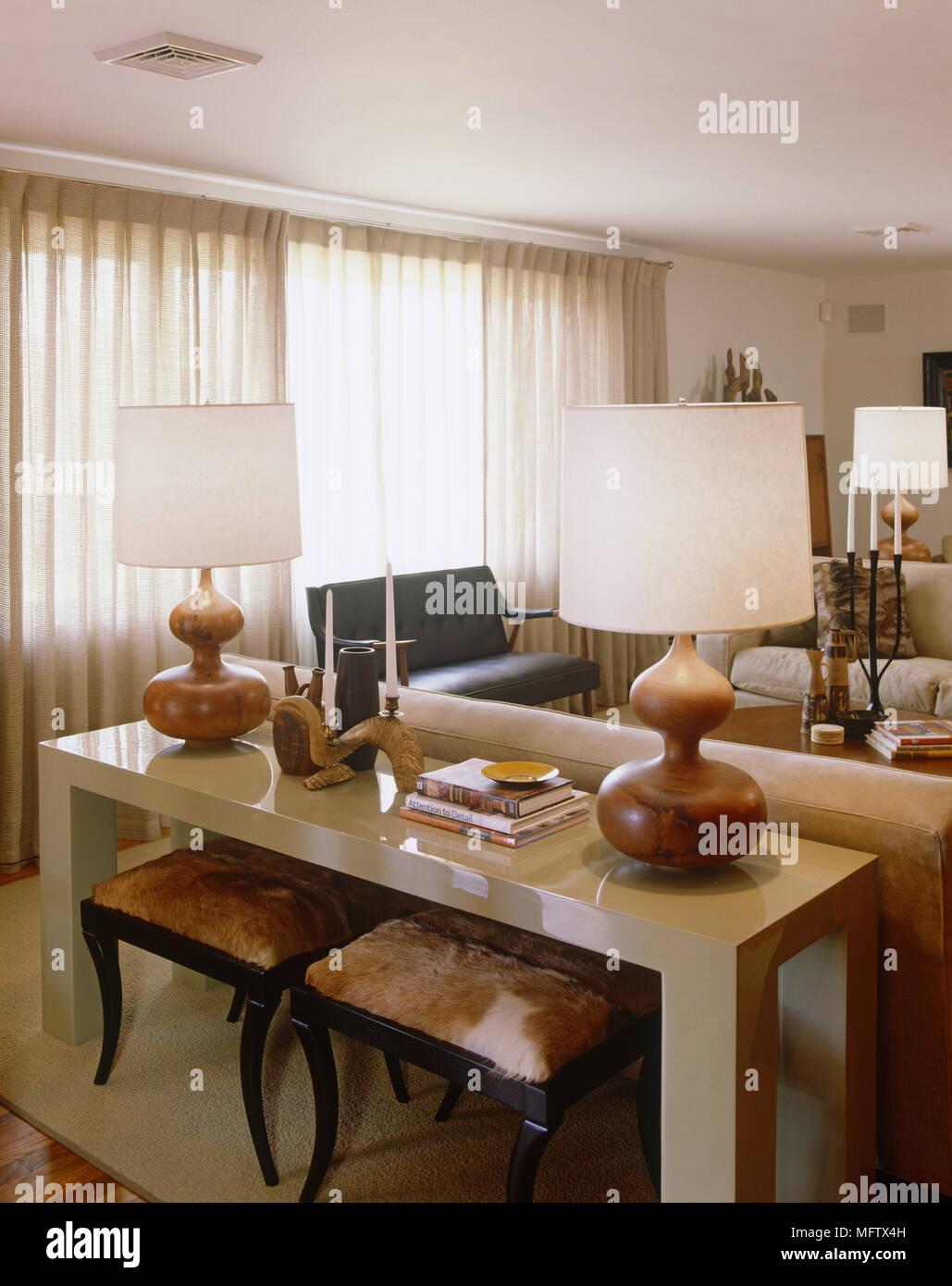 Paar Lampen an der Seite Tabelle in moderne Wohnzimmer ...