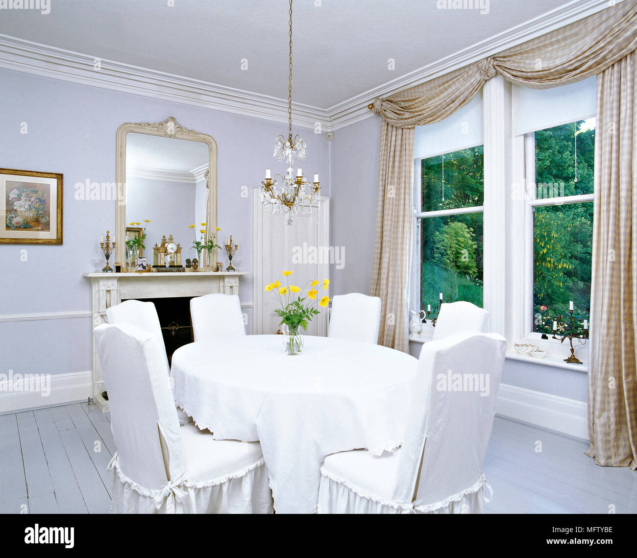 Ein traditionelles, weißes Esszimmer mit Grau, lackiert ...