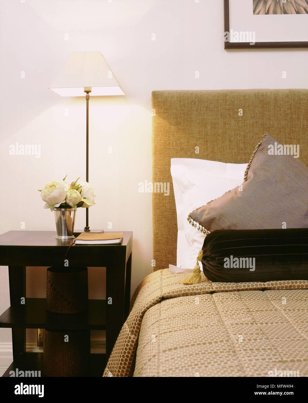 Ein Detail einer modernen Schlafzimmer Doppelbett mit gepolstertem ...