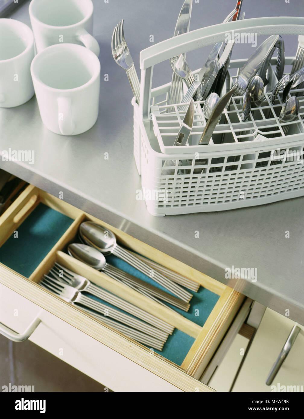 Ein Detail Einer Modernen Küche Arbeitsplatte Aus Edelstahl Besteck Aus  Kunststoff Spülmaschine Korb Schublade öffnen Drei Weiße Tassen