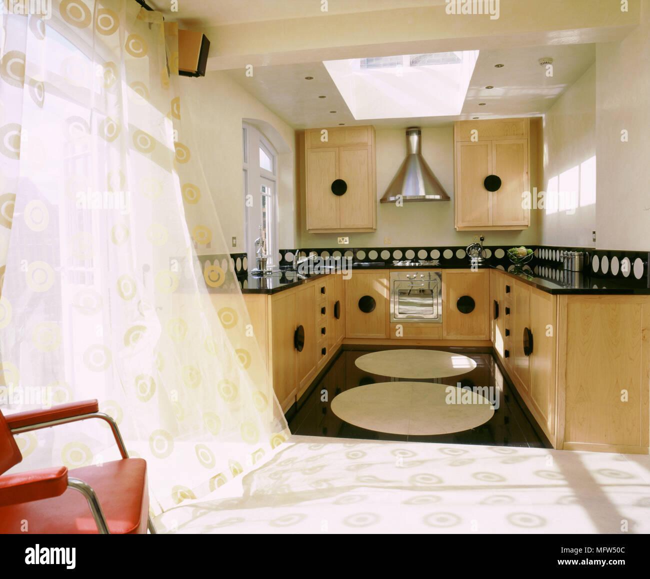 Moderne neutral Küche Gardinen Holz Einheiten schwarz Boden ...