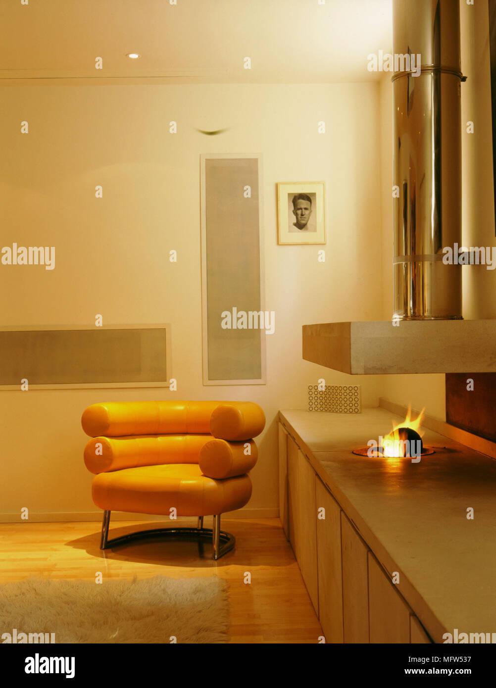 Modernes gelbes Wohnzimmer offene Feuer im Kamin aus Stein stahl ...