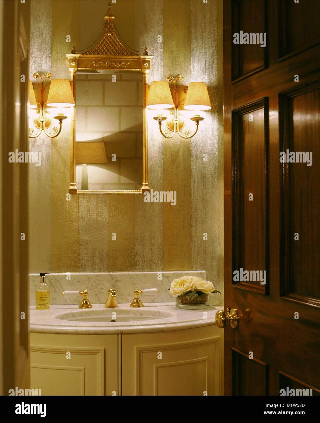 Traditionelle Badezimmer Detail Marmor Waschbecken Schrank Gold Set Armaturen Wandleuchten Tippen Stockfotografie Alamy