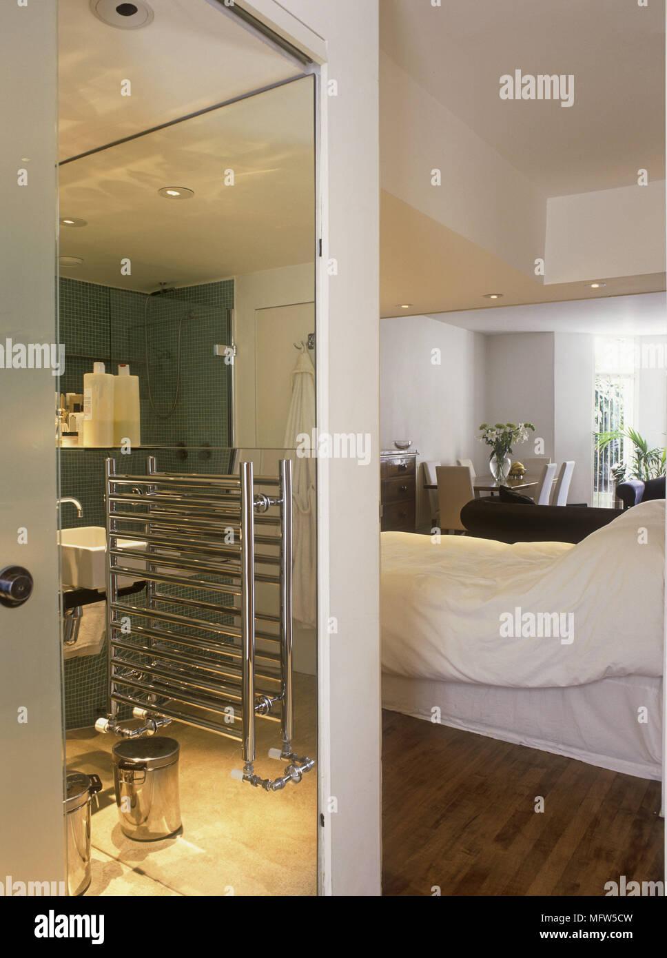 Blick durch die offene Tür in Bad, Schlafzimmer Stockfoto, Bild ...