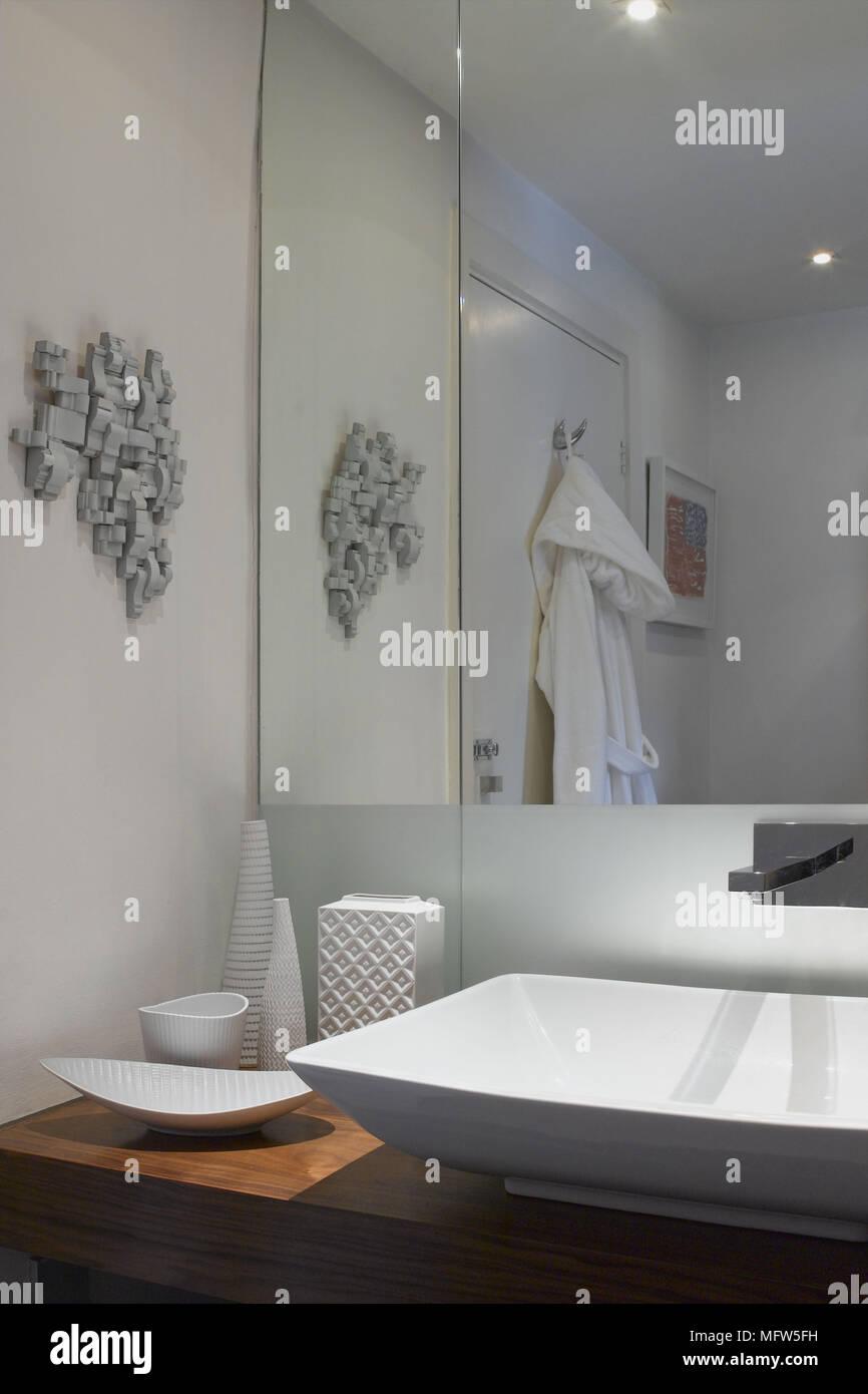 Ein Detail einer modernen Badezimmer Waschbecken auf Holz, weißer ...
