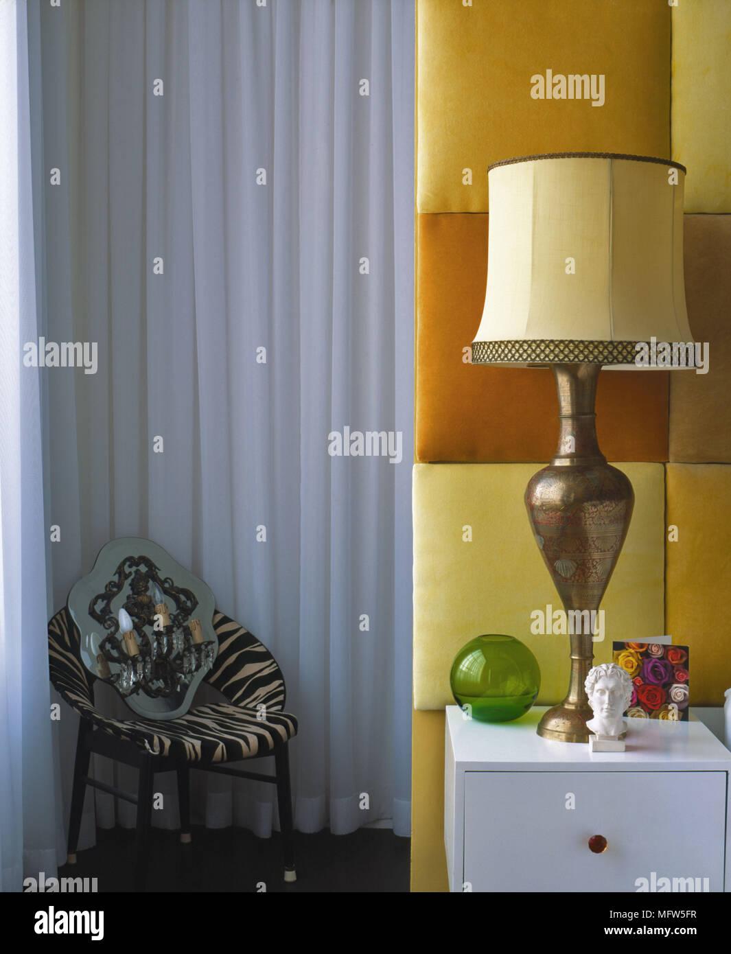 Ein Detail Einer Modernen Schlafzimmer Mit Gepolstertem Kopfteil Panel In  Rot, Gelb Und Orange Nachttisch Kommode Lampe Stuhl Mit Zebra Streifen Stoff
