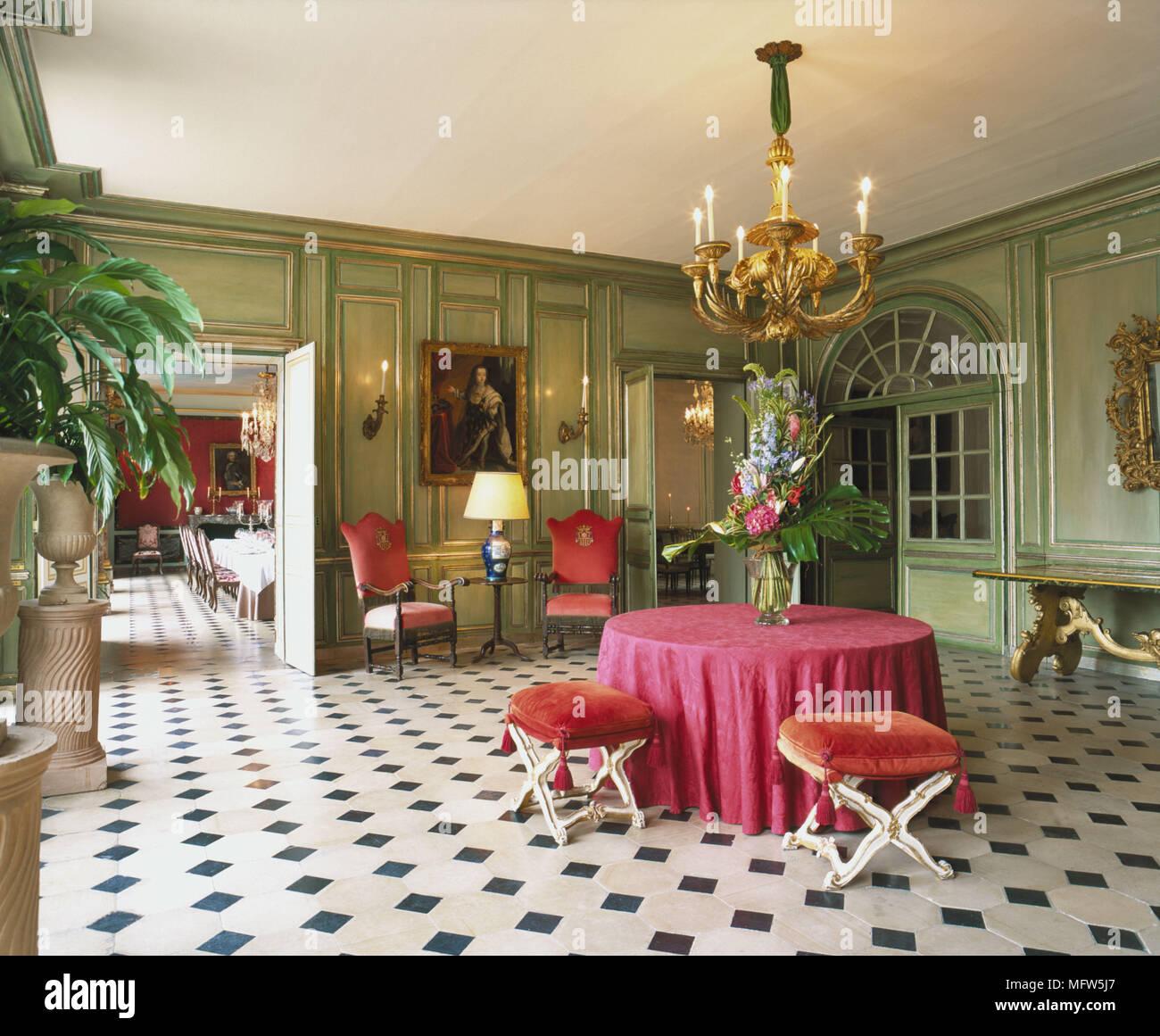 Einen großen grünen Salon Flur runder Tisch mit rosa Tuch Paar von x ...