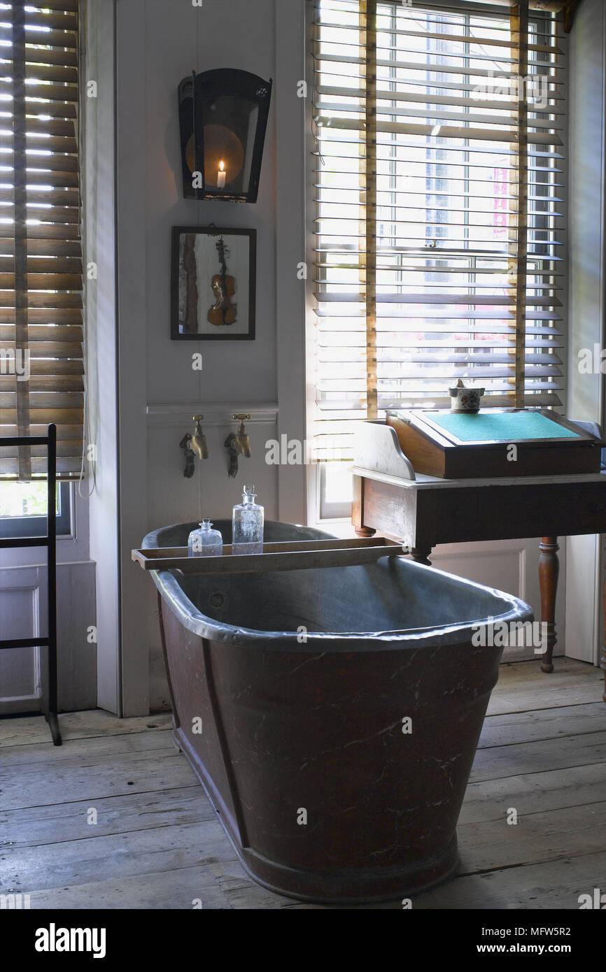 Einem traditionellen Landhausstil Badezimmer Dielen antiken Stil ...