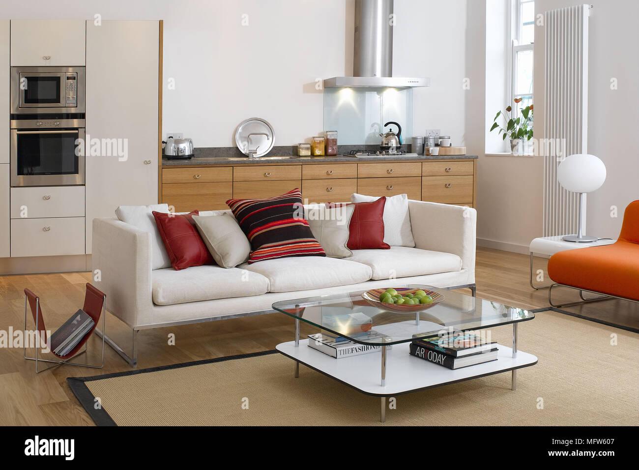 Moderne offene Küche und Wohnzimmer mit Sofa und Couchtisch ...