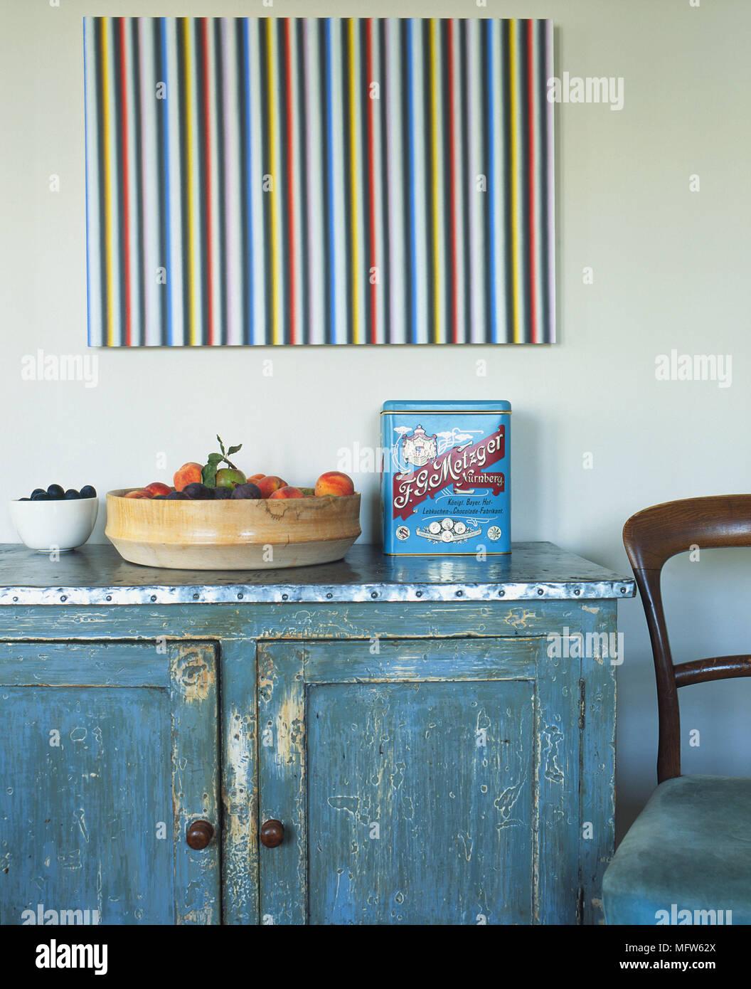 Details der modernen Malerei über eine rustikale Schrank mit einer ...
