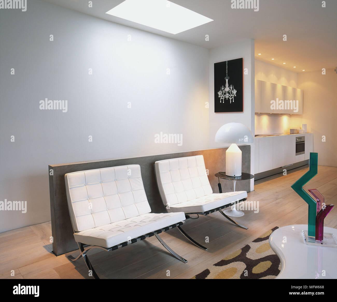 Minimalistische Wohnzimmer Mit Zeitgenössischen Stühlen Und Ornamente.  Stockbild