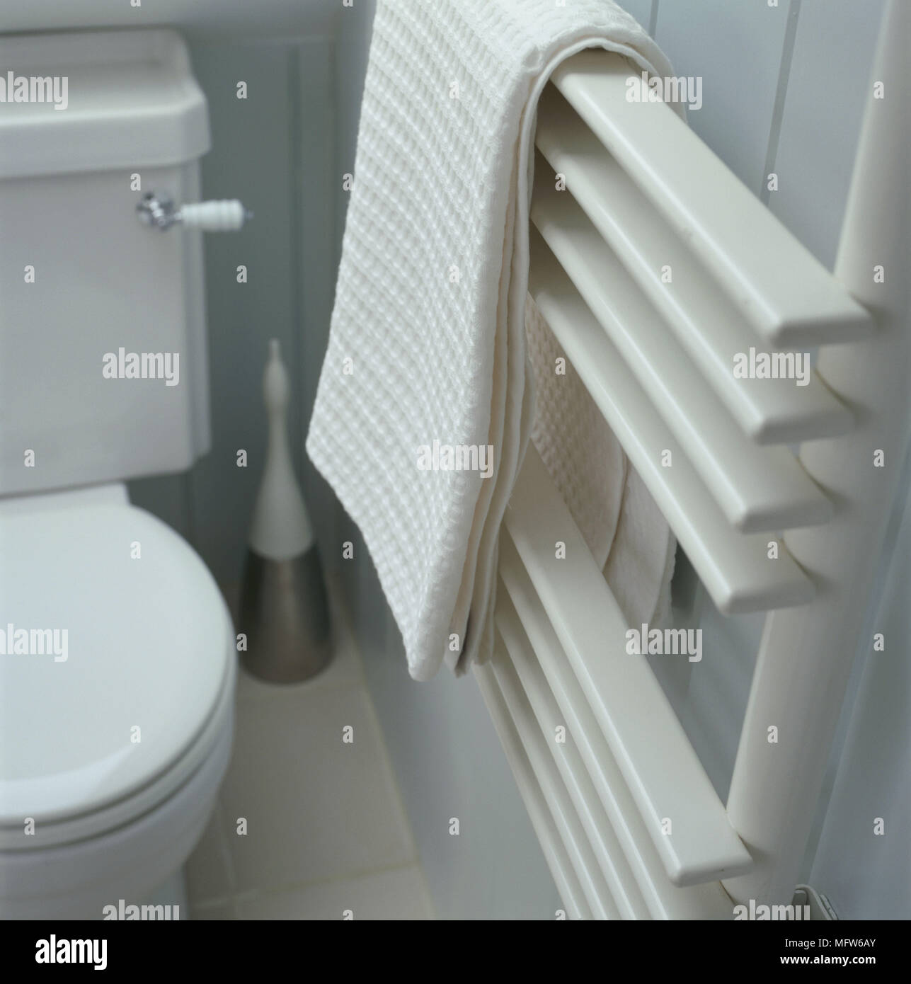 Ein Detail einer modernen blau Badezimmer mit einem Heizkörper ...