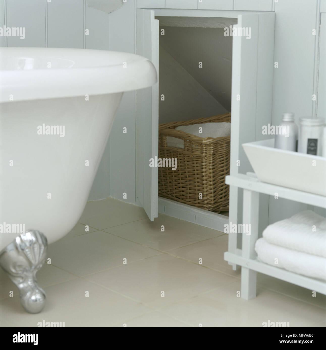 Charmant Ein Detail Einer Modernen Blau Badezimmer Mit Bemalten Holzvertäfelungen  Eine Traditionelle Freistehende Badewanne Abstellraum Mit Tür öffnen