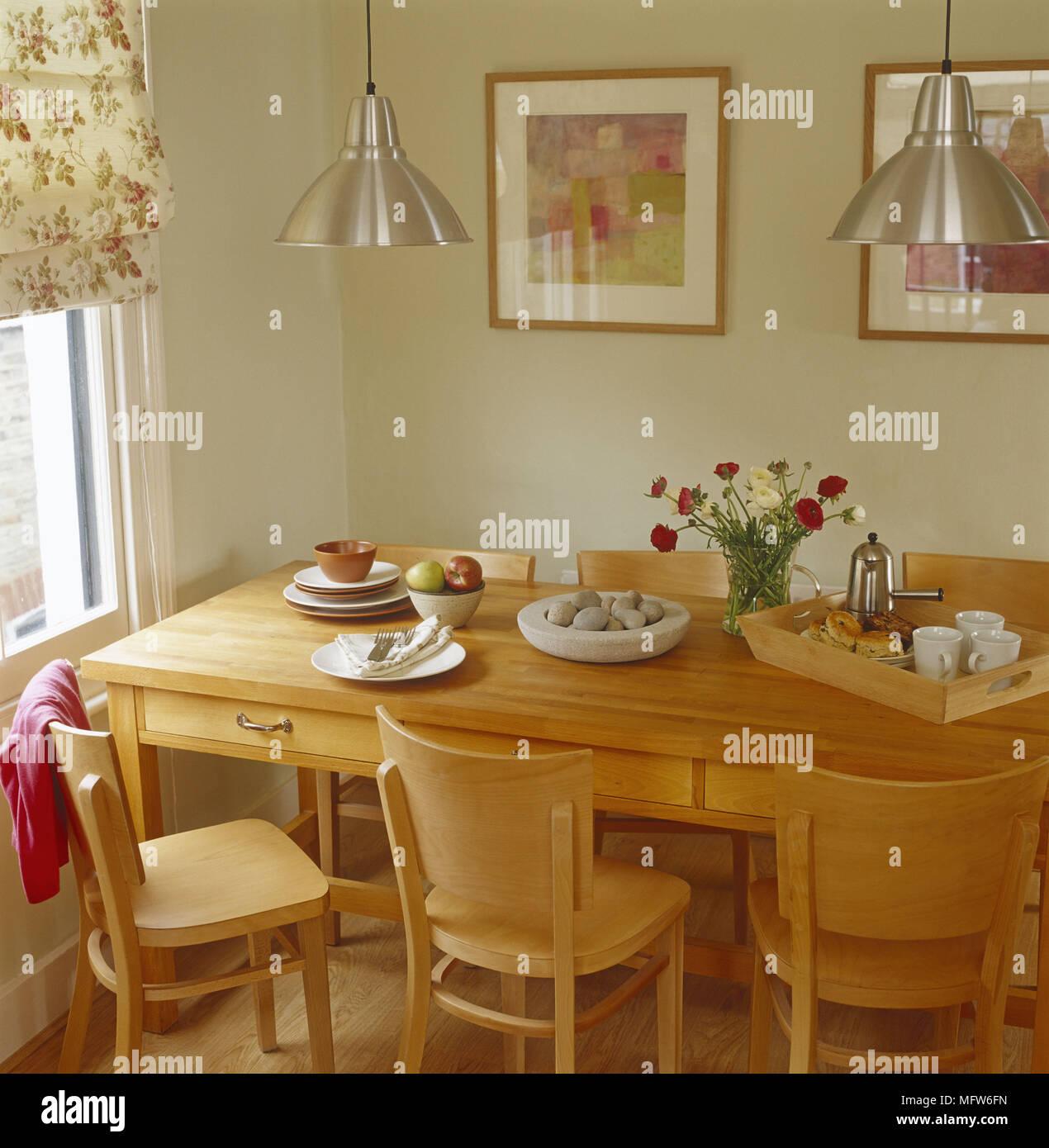 Eine Moderne Grune Esszimmer Holz Tisch Stuhle Stahl Leuchtet