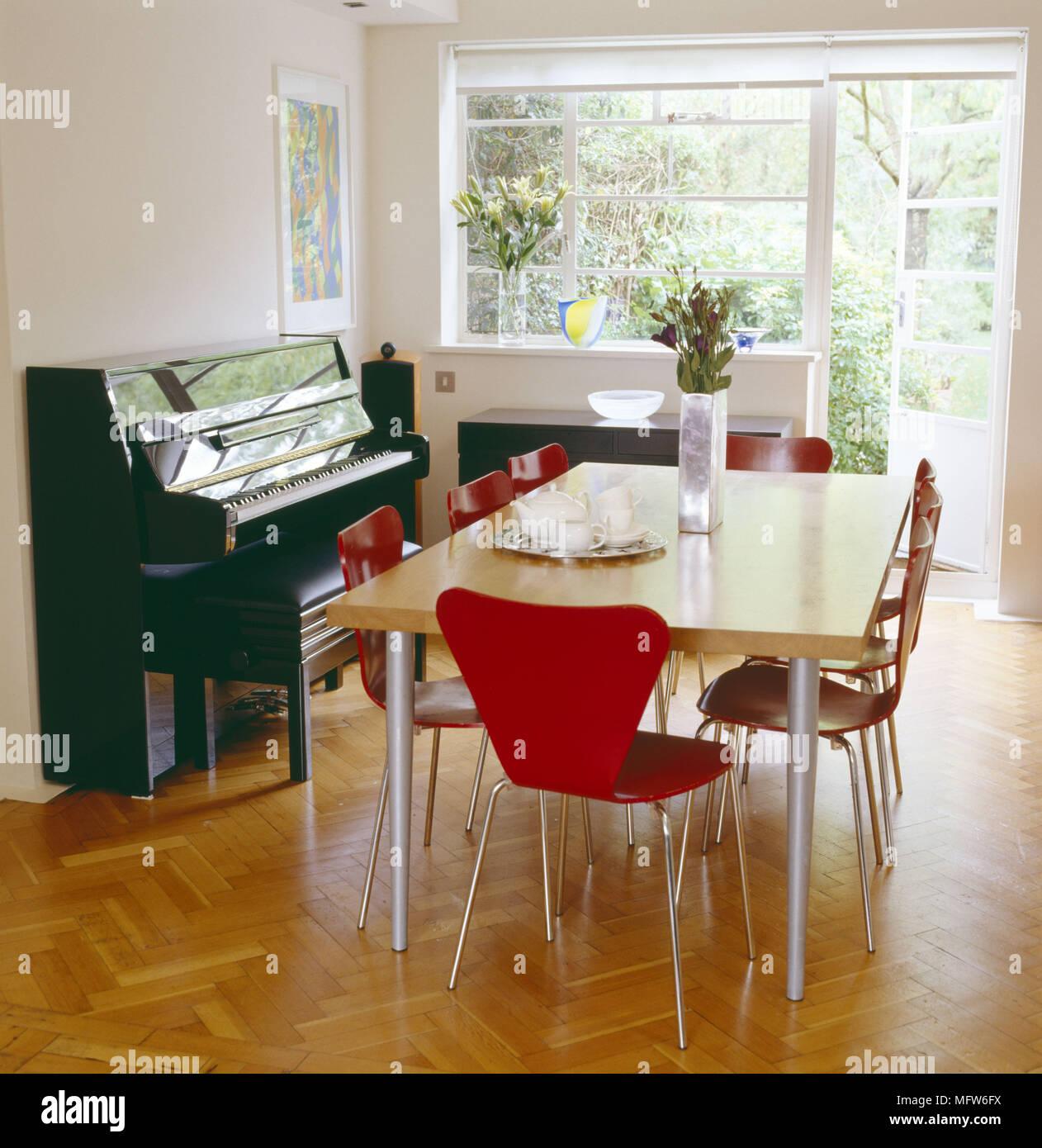 Ein Modernes Weisses Esszimmer Holz Tisch Rot Arne Jacobsen Stuhle