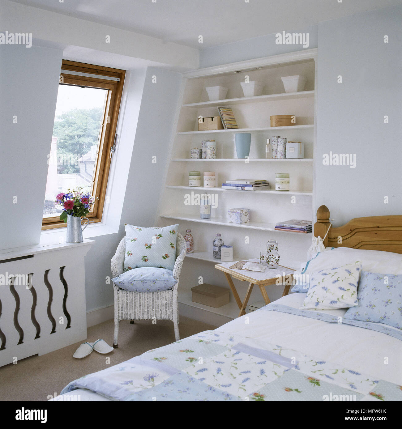 Doppelbett Und Lloyd Loom Rattan Sessel Mit Kissen Mit Blumenmuster
