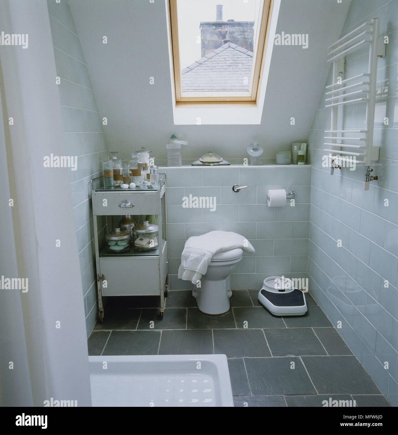 Moderne Dachgeschoss Badezimmer Mit Schieferboden U Bahn Geflieste Wände  Und Eine Schräge Decke Mit Einem Oberlicht.