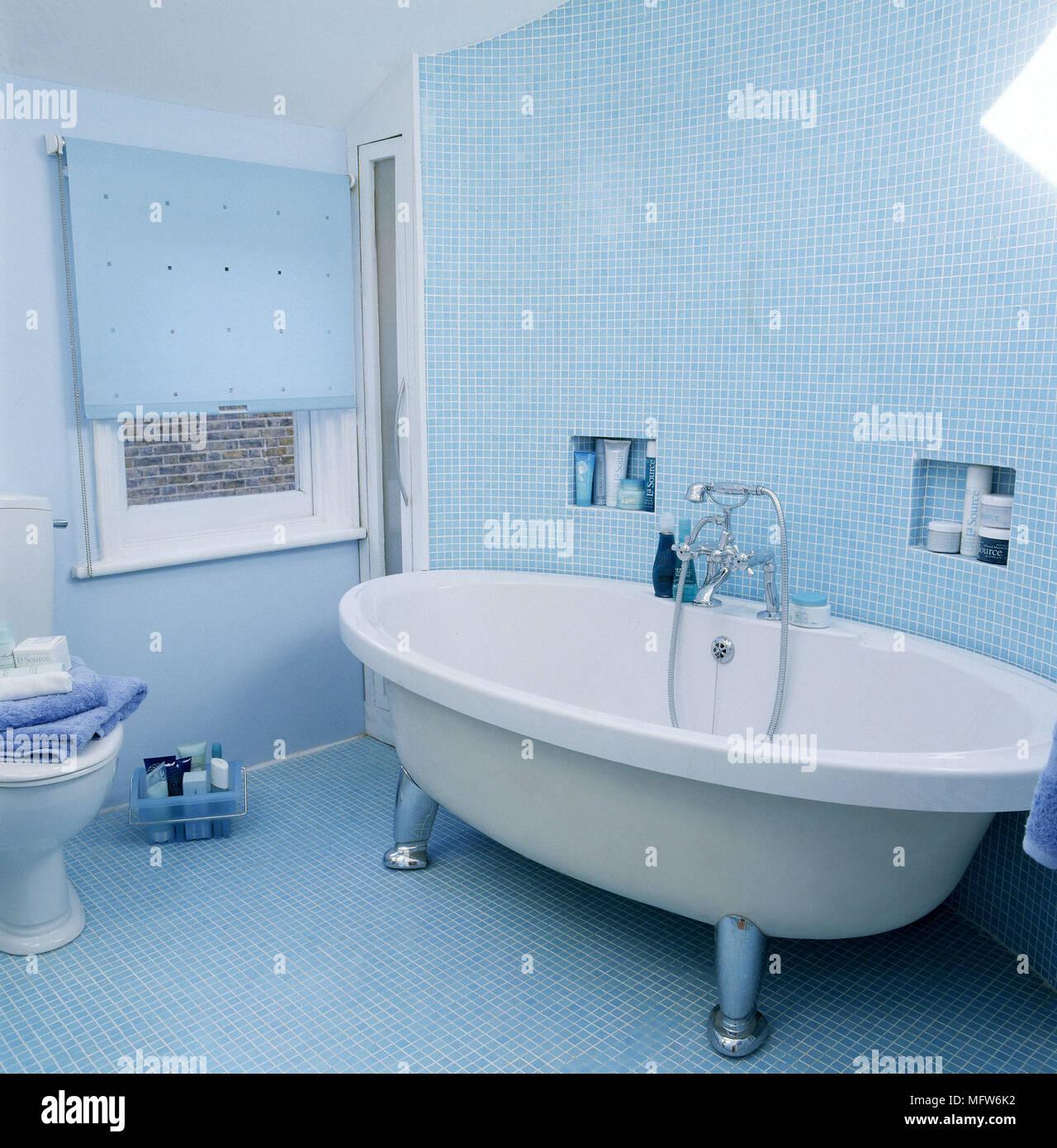 Moderne, in Blau Badezimmer mit Mosaikfliesen WC freistehende ...